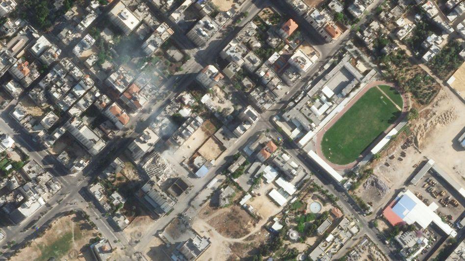 Das zerstörte Hochhaus in Gaza am 16. Mai (leicht links der Bildmitte)