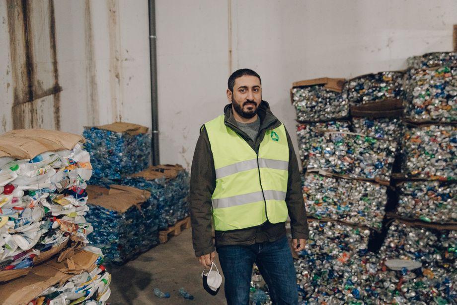 Georges Bitar, Sozialunternehmer und Gründer von Live Love Recycle, in der neuen Hauptlagerhalle seines Unternehmens neben Stapeln von gepressten Wertstoffen wie Plastik und Metall