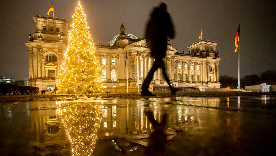 Weihnachtsbaum vor dem Reichstagsgebäude: Warum sollten die Jahre ab 2021 nicht viel besser werden als 2020?