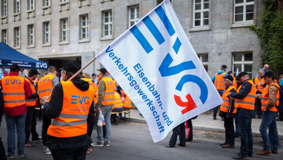 EVG-Mitglieder bei einer Kundgebung: Lange Verhandlungen