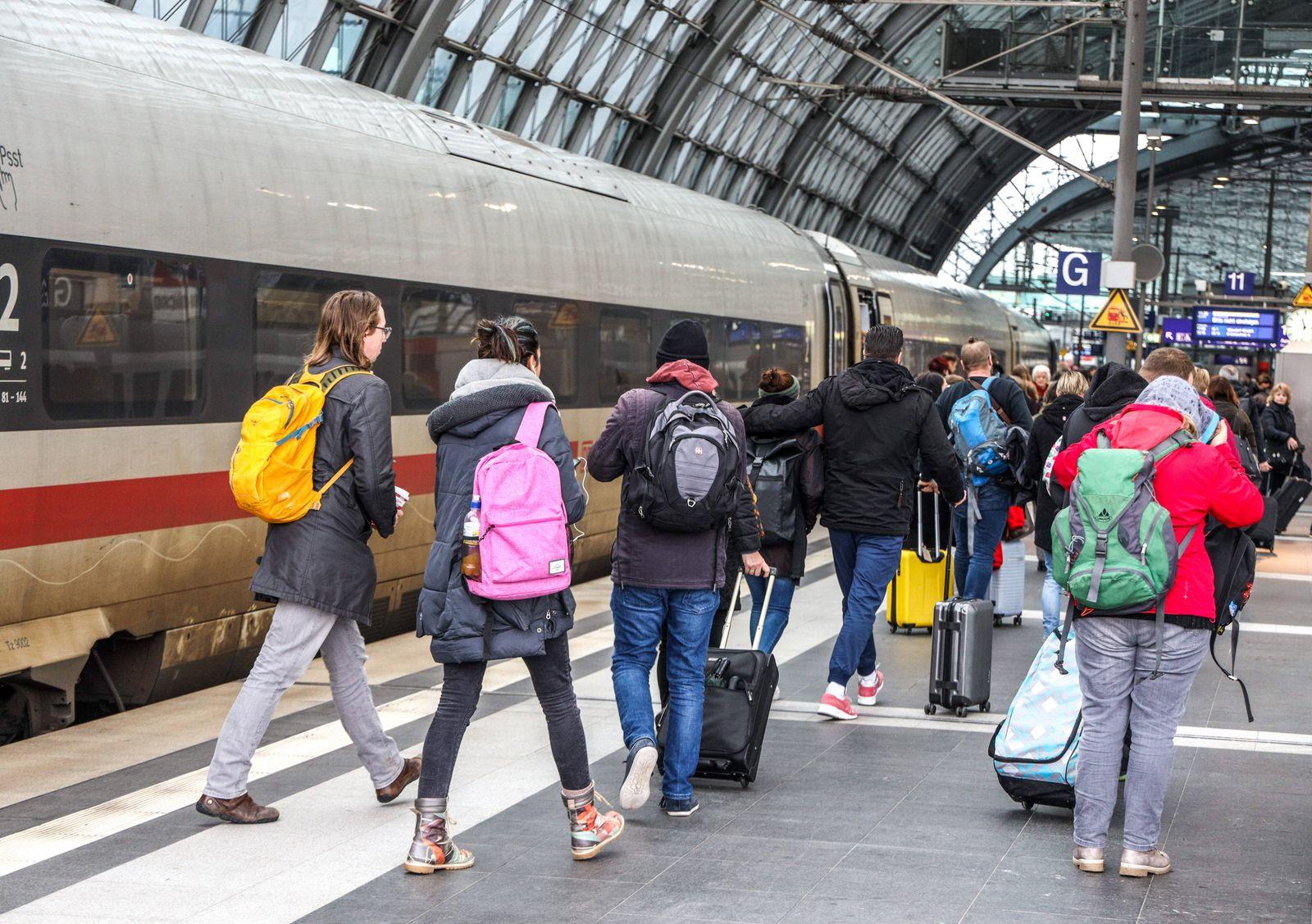 DEU, Deutschland, Berlin, 07.03.2020: Berlin Hauptbahnhof. Intercity Express Zug der Deutschen Bahn, Reisende auf dem B