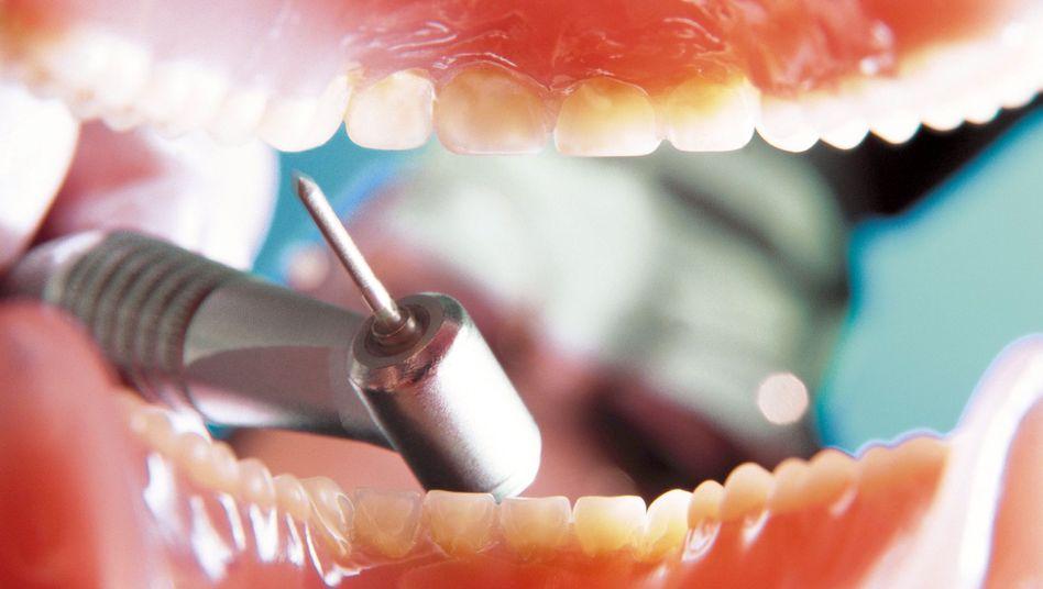 Zahnarztbohrer in Patientenmund