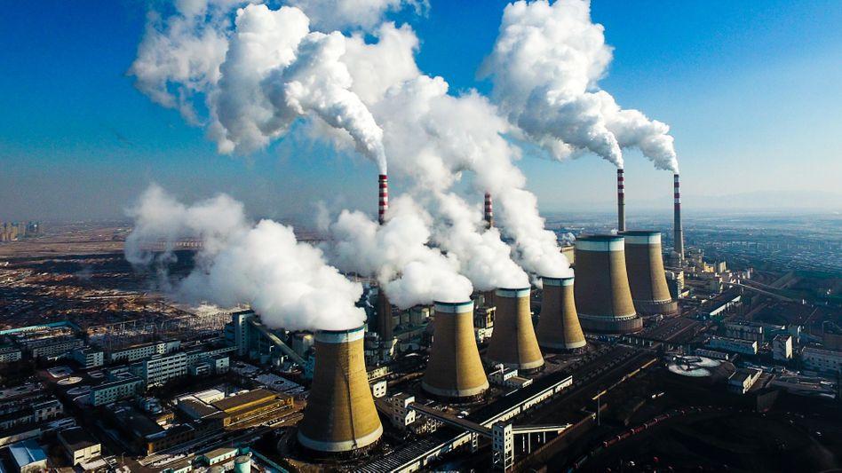Rauchende Schornsteine eines Kohlekraftwerks in der Stadt Datong in der nordchinesischen Provinz Shanxi