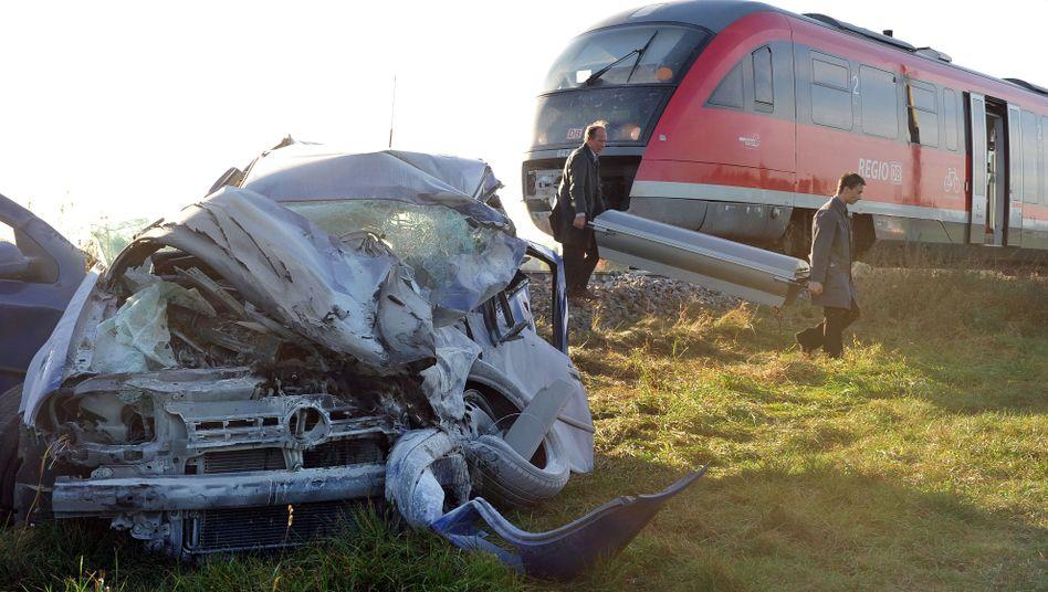 Schwerer Unfall an einem Bahnübergang bei Pfaffenhausen: Der Autofahrer starb
