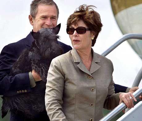 """US-Präsident Bush, Frau Laura: """"Für einen Schriftsteller ein abstoßender Stoff"""""""