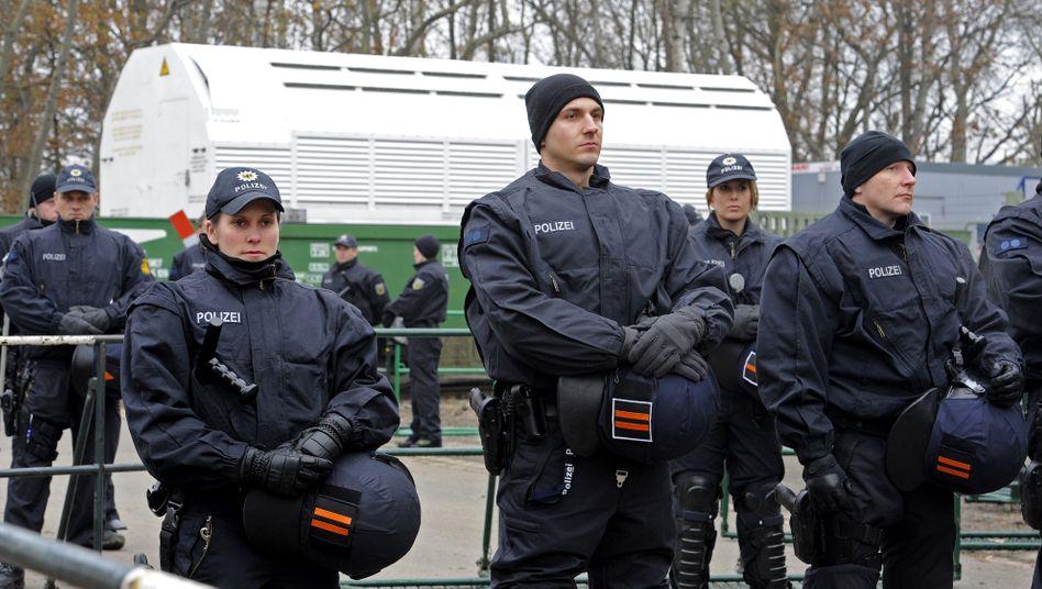 Polizisten sichern einen Castor-Transport (Archivbild)