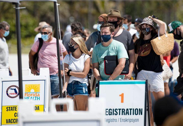 Menschen warten am Strand von Miami Beach auf ihre Corona-Schutzimpfung – diese können auch Nicht-US-Bürger erhalten