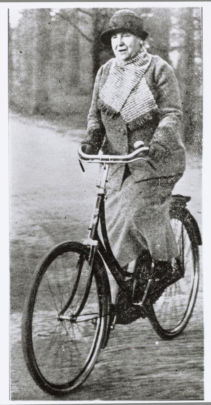 Köningin Wilhelmina auf ihrem Fahrrad