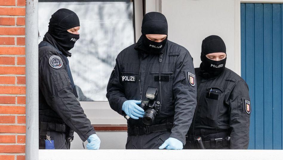 Vermummte Polizisten: Razzia in Bad Segeberg - Teil einer groß angelegten Aktion