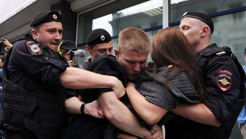 Photo Gallery: Protests in Moscow over Anti-Gay Law