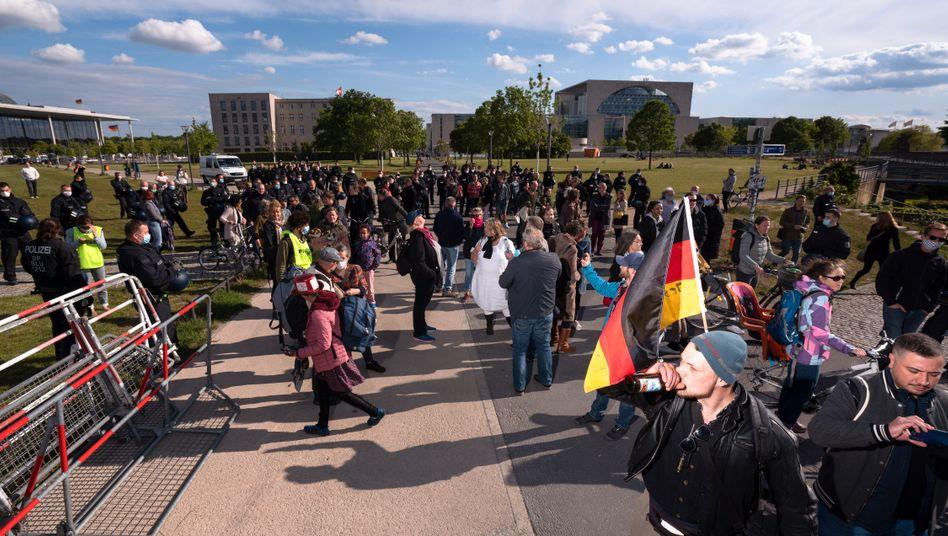 Zu viele Menschen, nicht genug Abstand: Die Polizei löste eine Demo vor dem Reichstag auf