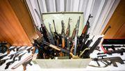 Dutzende Sturmgewehre, 100.000 Schuss Munition – Polizei findet Waffenlager von Rechtsextremen