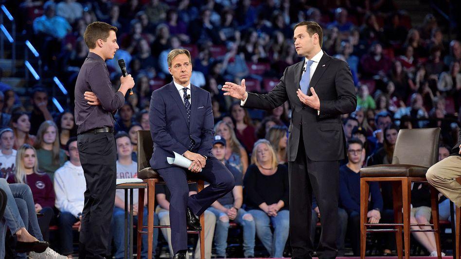 Cameron Kasky (li.) mit Senator Marco Rubio (re.). In der Mitte CNN-Moderator Jake Tapper