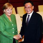 Merkel mit Parlamentschef Wu Bangguo: Forderung nach neuem Mediengesetz