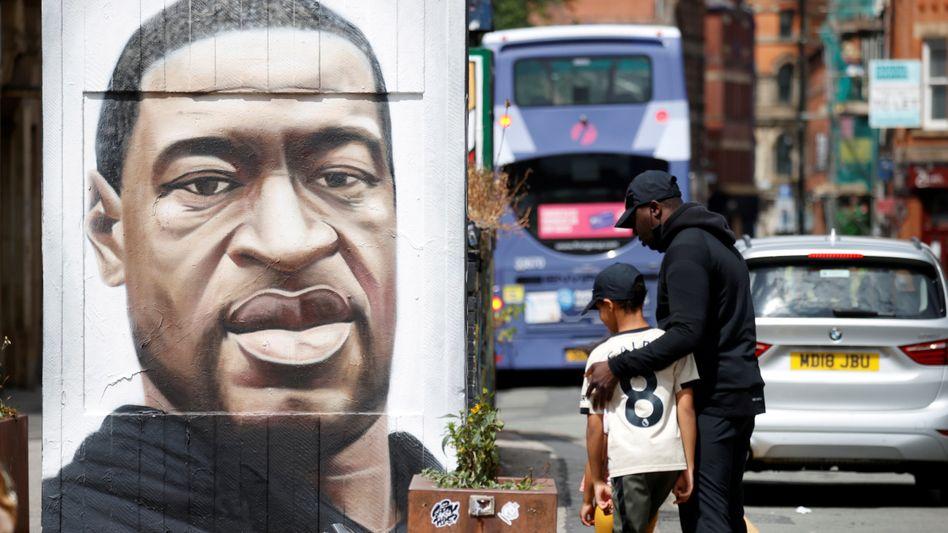 Ein Porträt von George Floyd, der nach einem brutalen Polizeieinsatz starb, ziert eine Wand in Minneapolis