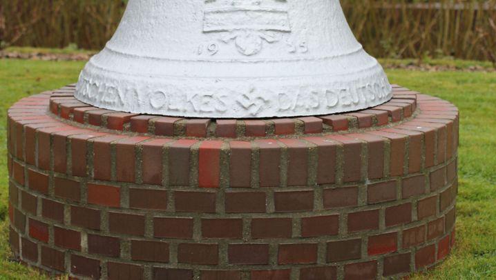 Nazi-Glocke im Tümlauer-Koog: Hakenkreuze und Runen