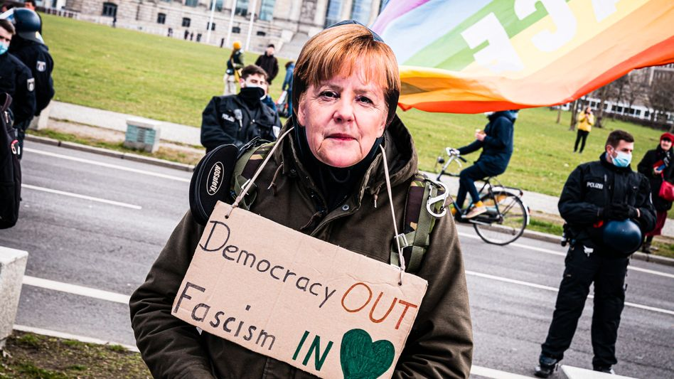 Demonstrant mit Merkel-Maske bei »Querdenker«-Protest in Berlin im April