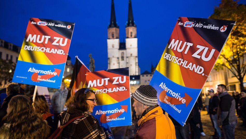 AfD-Anhänger (im Oktober in Halle): Hilfe von rechts?