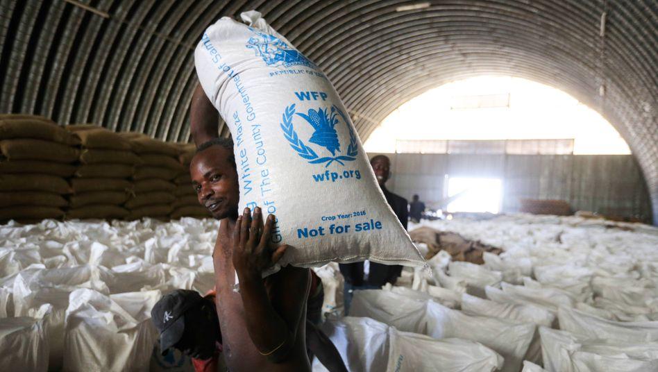 Essen für die Ärmsten: Ein Arbeiter verteilt Hilfsrationen in Kenia