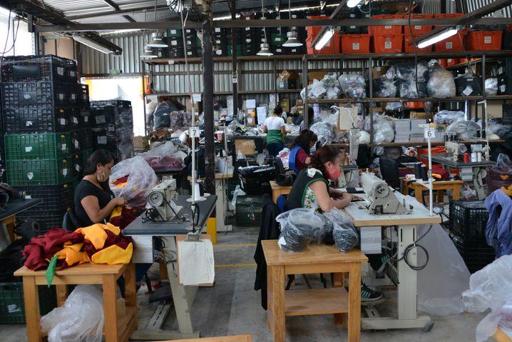 Fabrikarbeiter nähen Schutzmasken – sie selbst sind oft nicht ausreichend geschützt