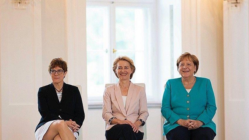 Annegret Kramp-Karrenbauer, Ursula von der Leyen, Angela Merkel (von links)