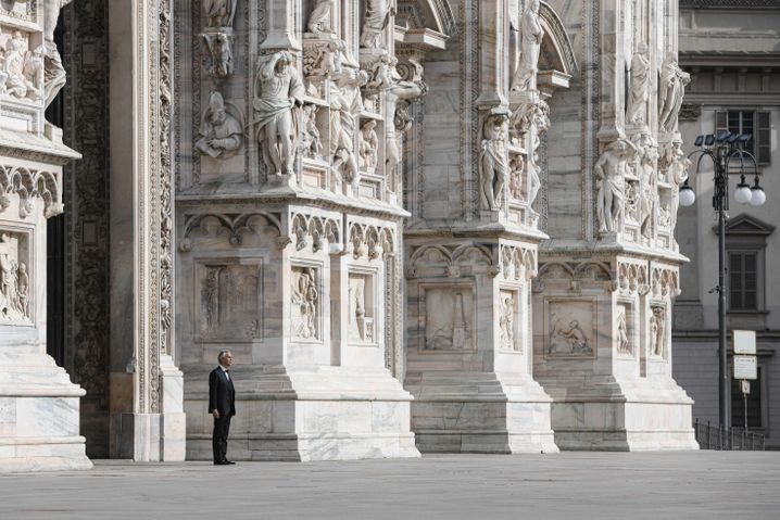 Andrea Bocelli bei Gesangsübungen auf dem leeren Domplatz in Mailand: Auch das Konzert fand ohne Publikum statt