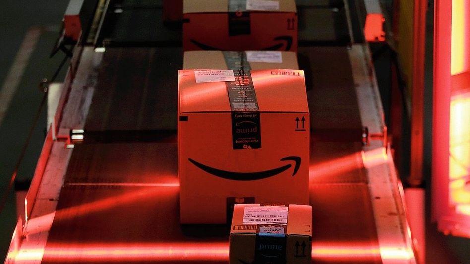 Transportband in einem Amazon-Lager: 30 Gerichtsverfahren in Deutschland wegen gefälschter Bewertungen