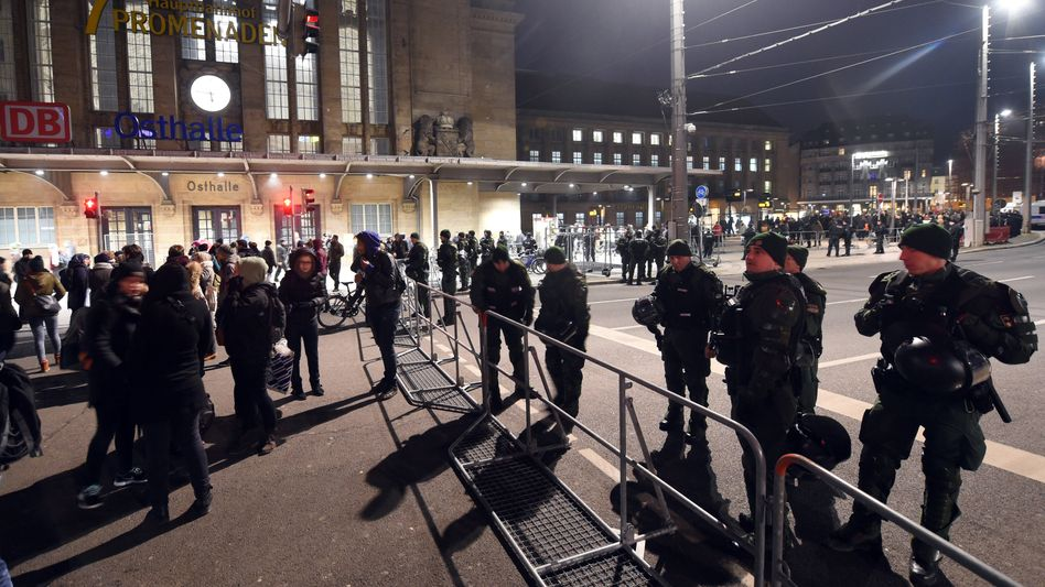 Polizisten am Bahnhof Leipzig: Bahnstrecke nach Dresden gesperrt