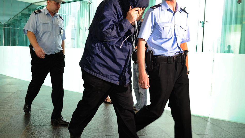 Brodsky (M.) bei seiner Verhaftung in Warschau (am 4. Juni 2010): 60.000 Euro Strafe