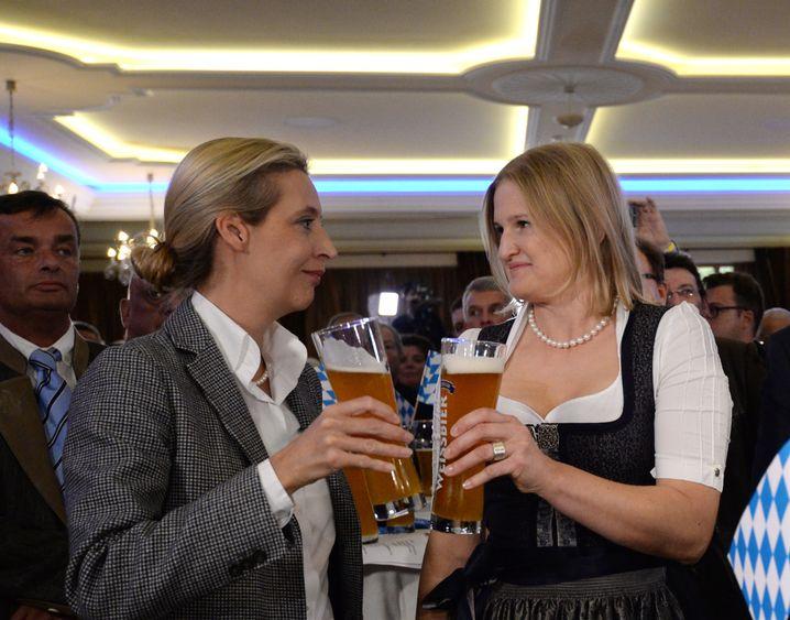 Katrin Ebner-Steiner (rechts) stößt im Oktober 2018 mit Alice Weidel, AfD-Fraktionschefin im Bundestag, an
