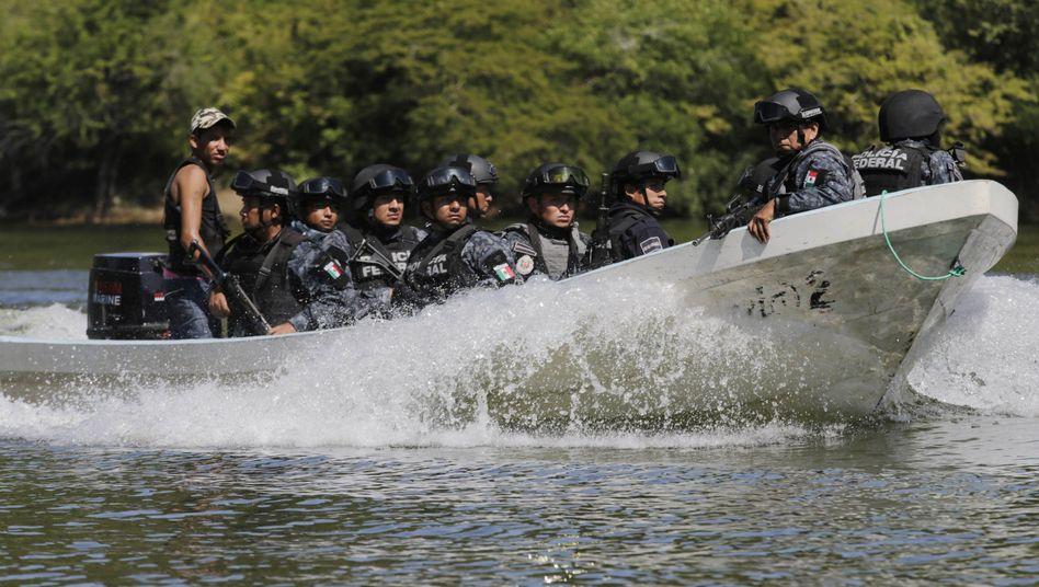 Bundespolizisten auf einem Boot: Suche nach Vermissten