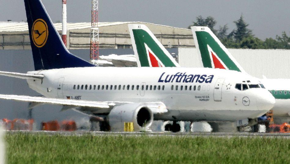 Lufthansa-Maschine vor Alitalia-Flugzeugen