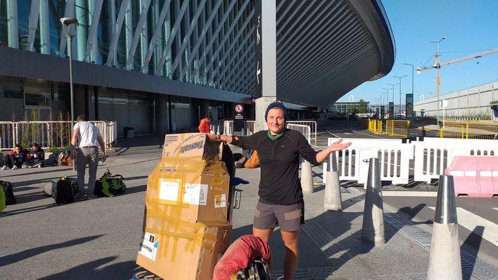 Fahrrad statt Koffer auf dem Trolley: Annika Trasers Rückreise