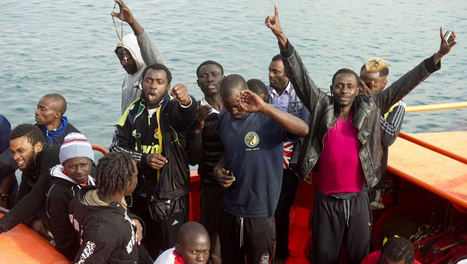 Flüchtlinge im Hafen von Tarifa: Migranten auf Dutzenden kleinen Booten