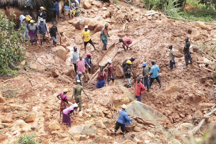 Eine Familie in Chimanimani (Simbabwe) sucht ihren Sohn, der unter Schlamm begraben wurde
