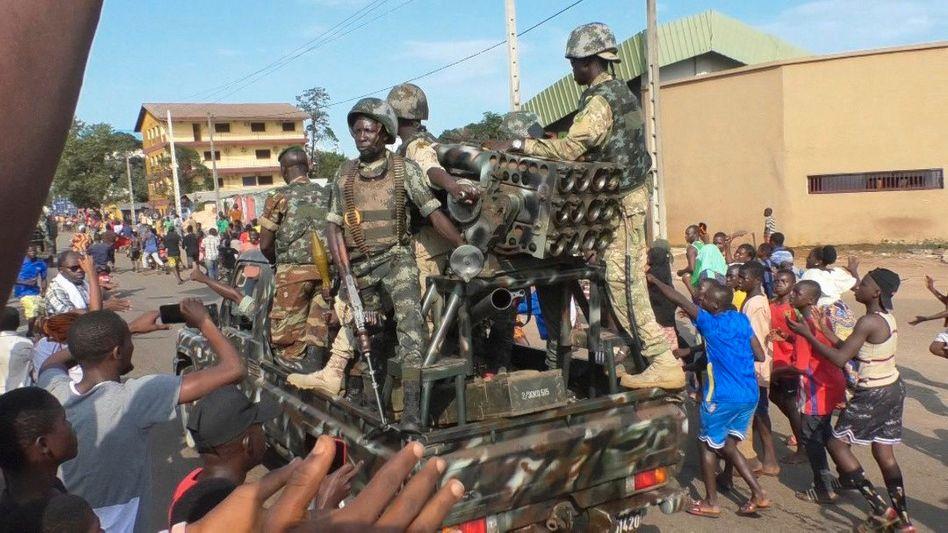 Einwohner bejubeln den Militärputsch in Conakry