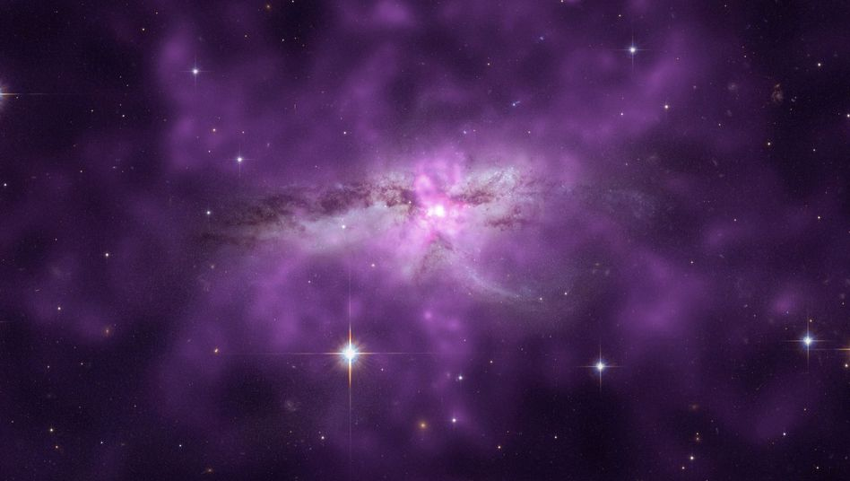 Halo (violett) um NGC 6240: Heißes Gas