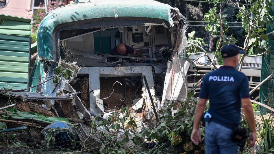 Carnate in Italien: Ein Polizist ermittelt am Unfallort des entgleisten Zuges