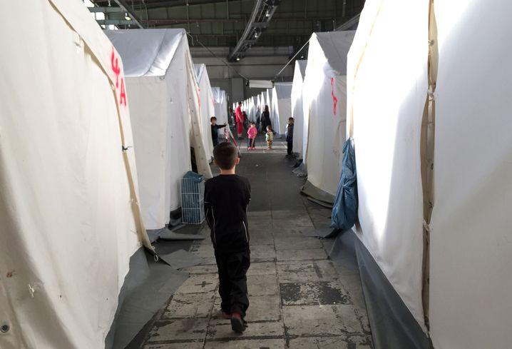 Flüchtlingskind im das Hangargebäude 1 im ehemaligen Flughafen Tempelhof