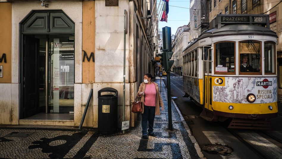 The famous Streetcar 28 in Lisbon: Self-discipline, the early reaction from public institutions and the country's geographical location at the edge of Europe.