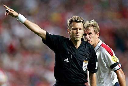 Referee Meier (l.) und der englische Nationalspieler Phil Neville: Hass auf den Schweizer