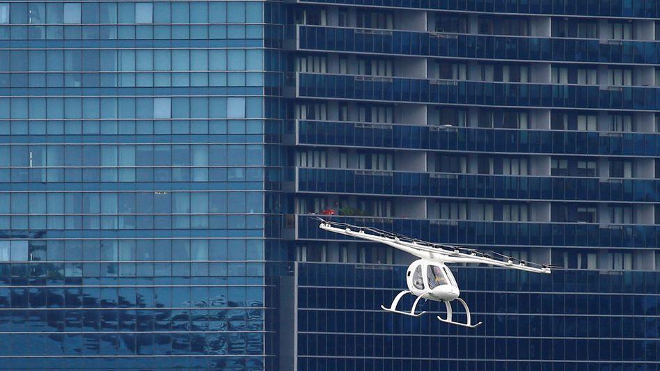 Könnte künftig auch am Flughafen Köln-Bonn abheben: Ein Flugtaxi des Herstellers Volocopter bei einem Flug in Singapur
