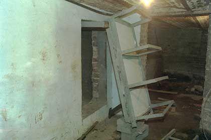 Eingang zum Verlies in Dutrouxs Keller: Hinter der Wand verhungert