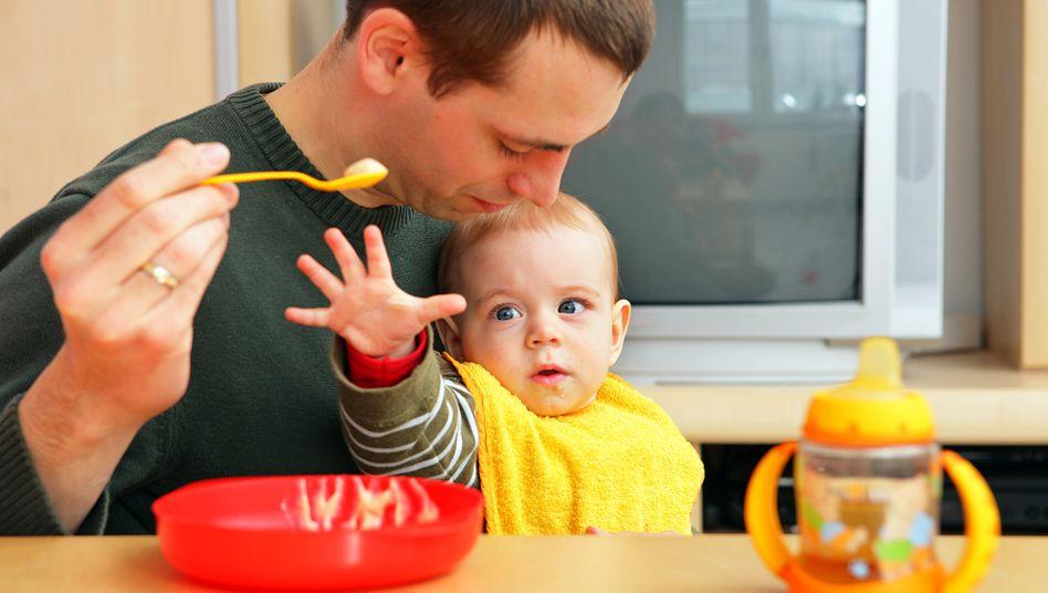 Mann füttert Baby (Archivbild)
