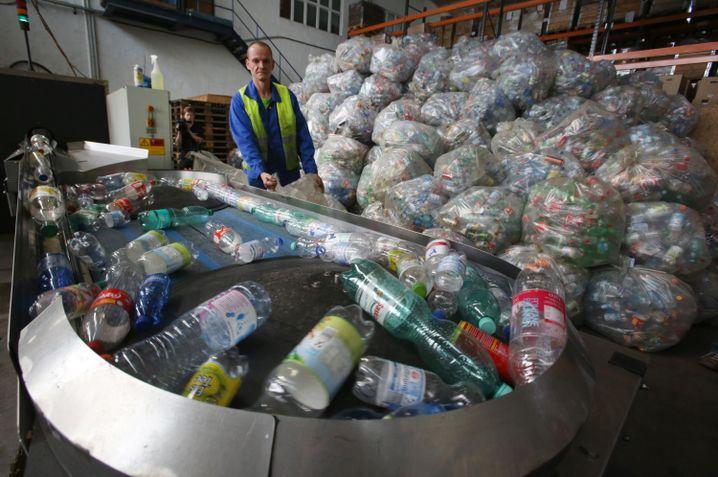 Die Reise der PET-Flaschen: Nach der Rückgabe im Supermarkt landen sie in Leergut-Zählzentren wie hier in Mecklenburg-Vorpommern
