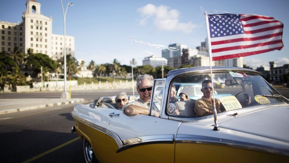 Amerikanische Urlauber in einem Oldtimertaxi in Havanna