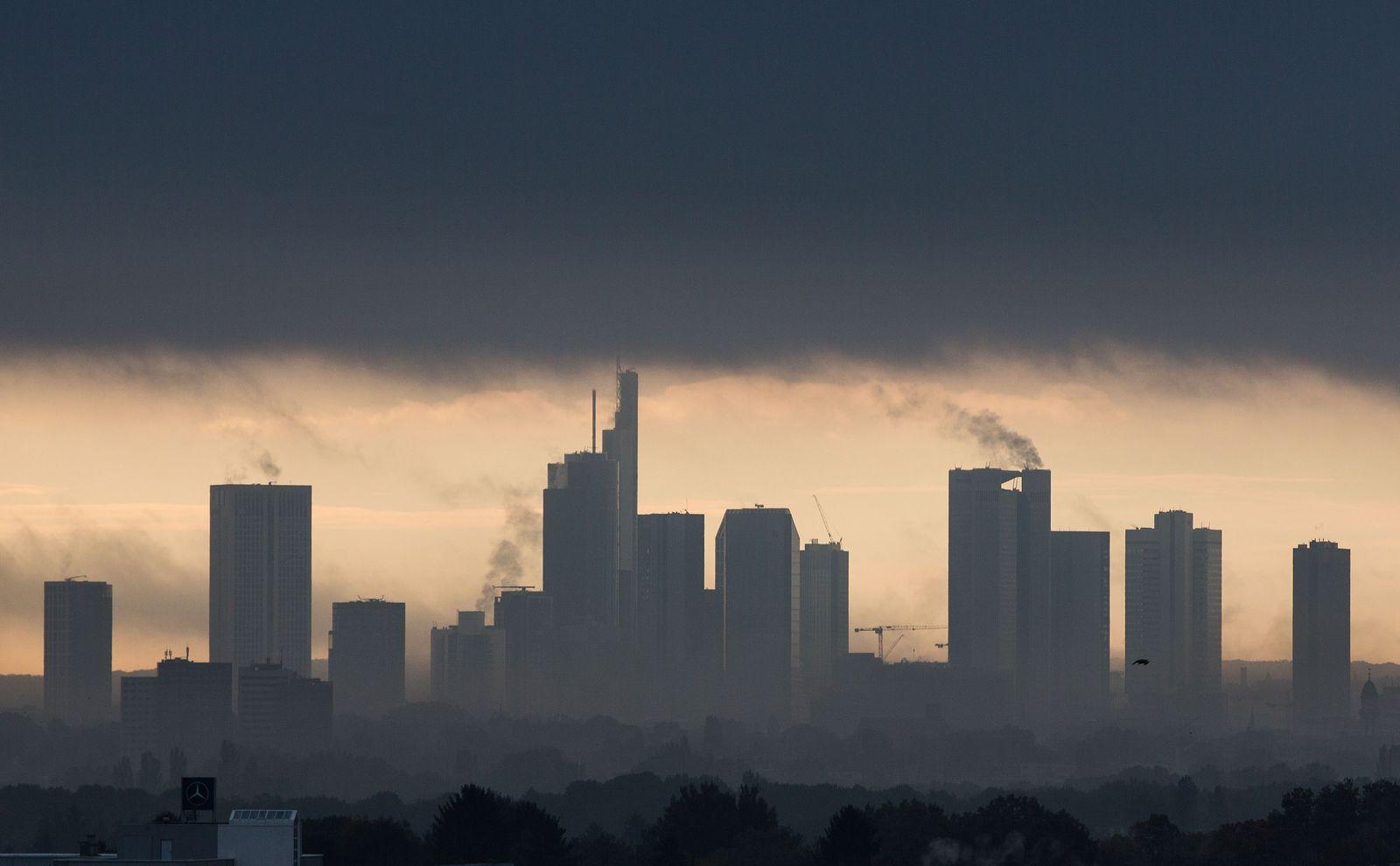 Frankfurt-Main / Skyline / Banken / Wolken