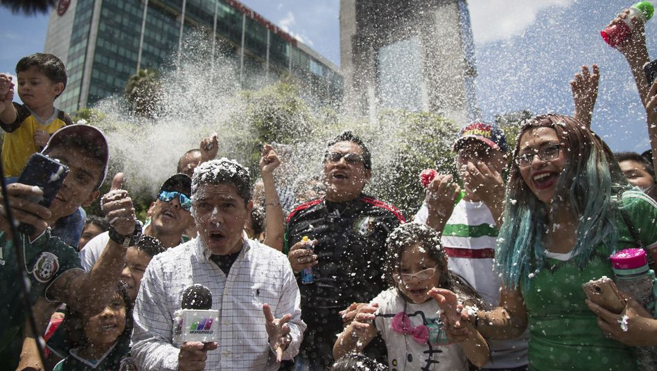 Feiernde Fans in Mexico-Stadt nach dem WM-Spiel gegen Deutschland