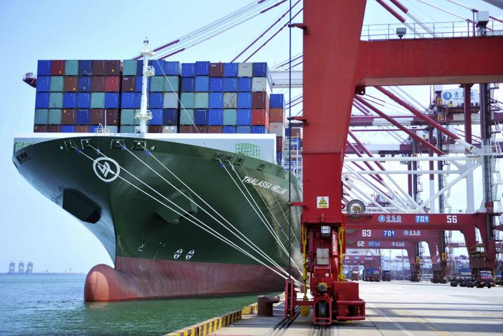 Chinesisches Containerschiff in Qingdao