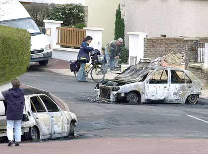 Mehrere Autos gingen vor dem Gefängnis in Flammen auf